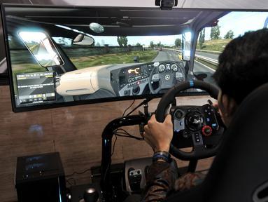Pengunjung menjajal simulator truk yang dihadirkan Mercedes Benz di GIICOMVEC 2020, JCC Senayan, Jakarta, Minggu (8/3/2020). Mercedes Benz menghadirkan simulator truk dan bus dalam GIICOMVEC 2020 sehingga pengunjung dapat merasakan sensasi mengendarai kendaraan besar. (merdeka.com/Iqbal Nugroho)