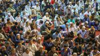 Ribuan umat muslim mendengarkan ceramah saat salat tarawih pertama Ramadan 1440 H di Masjid Istiqlal, Jakarta, Minggu (5/5/2019). Salat tarawih dilaksanakan setelah pemerintah melalui Menteri Agama menetapkan awal Ramadan jatuh pada Senin 6 Mei 2019. (LIputan6.com/Helmi Fithriansyah)