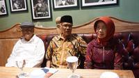 Ibunda bersama dua paman Presiden Jokowi saat hadiri launching buku 'Jokowi dari Bantaran Kalianyar e Istana di Omah Simten, Rabu (19/12).(Liputan6.com/Fajar Abrori)