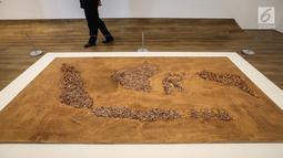 Karya seni peta Indonesia dari korek api Burning Country di Museum MACAN, Kebon Jeruk, Jakarta, Kamis (14/2). Pameran bertajuk Masa Lalu Belumlah Berlalu berlangsung hingga 10 Maret 2019. (Liputan6.com/Fery Pradolo)