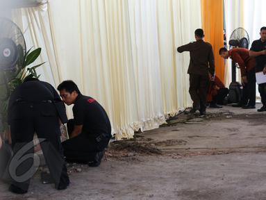 Anggota Paspampres menyisir di sekitar rumah orangtua Selvi Ananda di Jalan Kutai Raya, Sumber, Solo, Jateng, Selasa (9/6). Pengamanan dilakukan jelang lamaran semiformal yang dilakoni Jokowi kepada orangtua Selvi nanti malam. (Liputan6.com/Faizal Fanani)