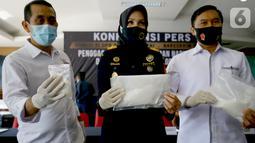 Kepala Kantor Bea Cukai Bandara Soetta Finari Manan (tengah) menunjukan barang bukti narkoba jenis sabu saat rilis di Kantor Bea Cukai Bandara Soetta, Tangerang, Jumat (18/9/2020). Selama pandemi COVID-19 Bea Cukai berhasil menggagalkan 177 kasus penyelundupan narkoba. (Liputan6.com/Fery Pradolo)