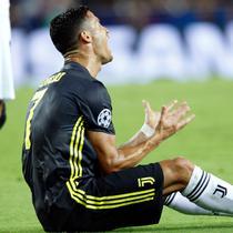 Pemain Juventus, Cristiano Ronaldo bereaksi setelah menerima kartu merah saat melawan Valencia pada matchday pertama Grup H Liga Champions, di Stadion Mestalla, Rabu (19/9). Ronaldo terlihat tidak percaya dengan keputusan wasit tersebut. (AP/Alberto Saiz)