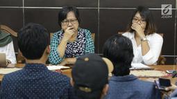 Komisioner Komnas HAM, Sandrayati Moniaga (kiri) melakukan audiensi dengan perwakilan KontraS, YLBHI serta GERAK di Jakarta, Rabu (15/5/2019). KontraS, YLBHI serta GERAK melaporkan pencideraan Hari Buruh 2019 dengan Kekerasan yang dilakukan oleh aparat. (Liputan6.com/Helmi Fithriansyah)