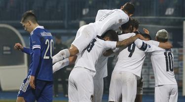Pemain Italia merayakan gol yang dicetak Domenico Berardi ke gawang Bosnia pada laga UEFA Nations League 2020/2021 di Grbavica Stadium, Kamis (19/11/2020) dini hari WIB. Italia menang 2-0 atas Bosnia. (AP Photo/Kemal Softic)