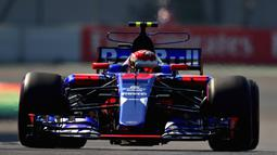 Sean Gelael melaju dengan mobil Scuderia Toro Rosso STR12 pada sesi latihan bebas  F1 GP Mexico di Autodromo Hermanos Rodriguez, (27/10/2017). Sean menempati urutan ke-17.  (Clive Rose/Getty Images/AFP)