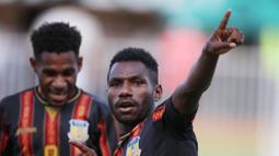 Baru empat menit laga berjalan, tim Papua mendapatkan hadiah penalti setelah Rezal Mursalin melakukan handsball di kotak penalti. Sang kapten, Ricky Cawor yang menjadi algojo sukses menuntaskan tugasnya dengan baik. (PB PON XX Papua/Chaarly Lopulua)