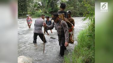 Iptu Candra menggendong sejauh 5 km agar Isak mendapat pertolongan di puskesmas.