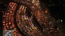 Kondisi Tol Dalam Kota arah Tol Cikampek menjelang libur panjang yang jatuh pada tanggal 5 dan 6 Mei, Jakarta, Rabu (4/5). Ribuan kendaraan terjebak macet di Kawasan Gatot Subroto. Foto diambil sekitar pukul 7 malam. (Liputan6.com/Gempur M Surya)