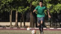 Gelandang Timnas Indonesia U-16, Rendy Juliansyah, menggiring bola saat melawan Kabomania U-17 pada laga uji coba di Stadion Atang Sutresna, Jakarta Timur, Jumat (8/9/2017). Timnas U-16 menang 6-1 atas Kabomania U-17. (Bola.com/Vitalis Yogi Trisna)