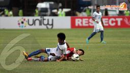 Aksi saling jegal diperlihatkan pemain Laos dan Filipina dalam laga lanjutan kualifikasi Piala AFC U19 yang berlangsung di Stadion GBK Jakarta (Liputan6.com/ Helmi Fithriansyah)