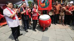 Menko PMK Puan Maharani didampingi politikus PDI Perjuangan Utut Adianto dan Charles Honoris memukul bedug pada pembukaan Festival Cap Go Meh 2570 di Seasons City, Jakarta,  Minggu (24/3). (Liputan6.com/Fery Pradolo)