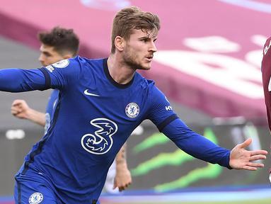Striker Chelsea, Timo Werner melakukan selebrasi usai mencetak gol ke gawang West Ham United dalam laga lanjutan Liga Inggris 2020/2021 pekan ke-33 di The London Stadium, London, Sabtu (24/4/2021). Chelsea menang 1-0 atas West Ham. (AFP/Andy Rain/Pool)