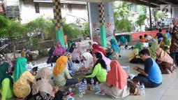 Suasana pelatihan merajut di RPTRA Pademangan Timur, Jakarta, Selasa (18/12). Pelatihan tersebut digelar guna meningkatkan kemampuan dan dapat memperkuat perekonomian keluarga dari hasil kerajinan yang dijualnya itu. (Liputan6.com/Immanuel Antonius)