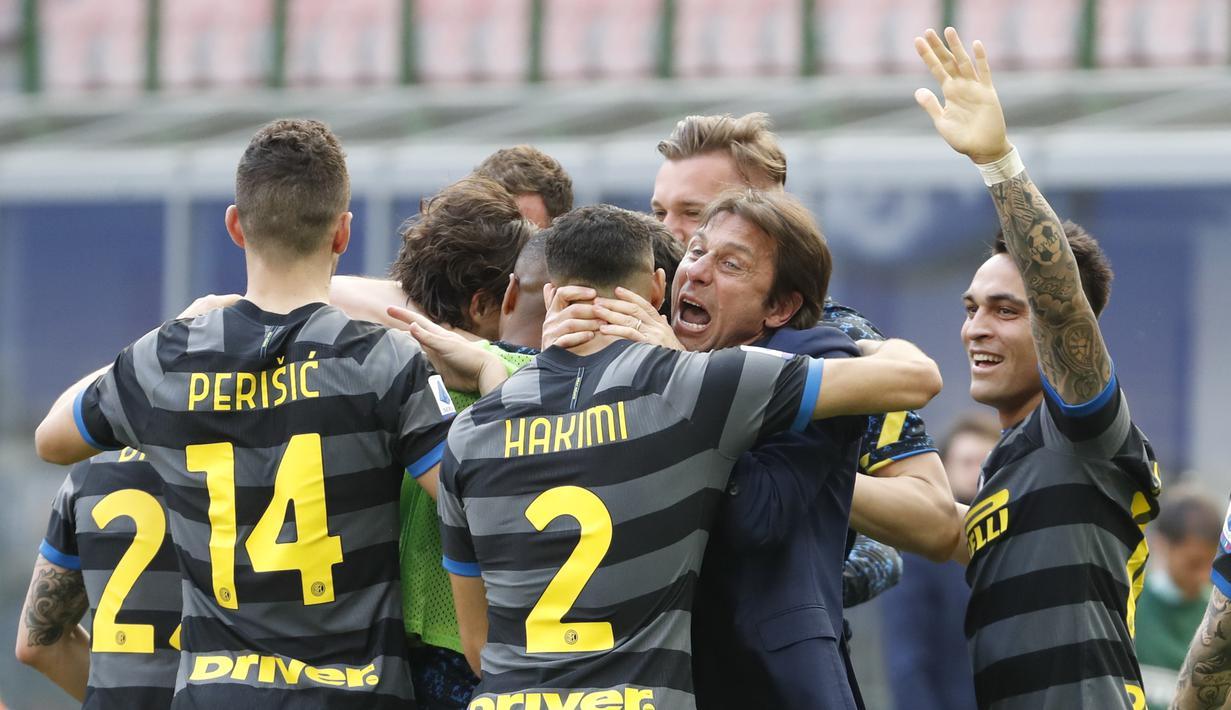 Manajer tim Inter Milan, Antonio Conte bersama para pemain merayakan gol yang dicetak bek Matteo Darmian ke gawang Hellas Verona dalam laga lanjutan Liga Italia 2020/2021 pekan ke-33 di San Siro Stadium, Milan, Minggu (25/4/2021). Inter menang 1-0 atas Verona. (AP/Antonio Calanni)