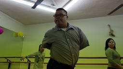 """Seorang penari pengidap 'down syndrome' berlatih untuk tampil disebuah acara di Monterrey, Meksiko, pada 9 April 2016. Berkat bantuan Asosiasi """"Abrazame con Discapacidad"""" mereka dapat pentas di acara-acara kecil di Meksiko. (REUTERS/Daniel Becerril)"""