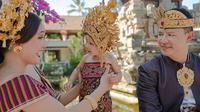 Pesona Shandy Aulia dan keluarga saat pakai songket Bali dan endek Pegringsingan. (Sumber: Instagram/@shandyaulia)