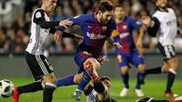 Striker Barcelona Lionel Messi dihadang dua pemain Valencia saat pertandingan Copa del Rey di stadion Mestalla di Valencia (8/2). Dengan hasil kemenangannya, Barcelona sukses memastikan tiket ke final Copa del Rey. (AP Photo/Alberto Saiz)