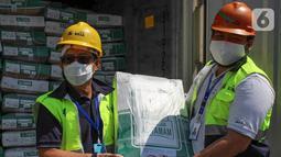 Direktur Operasional PT Berdikari (Persero) Muhammad Hasyim (kiri) dan Manager Pengembangan Bisnis Putra Wahyu (kanan) menerima pengiriman perdana 672 ton daging kerbau impor dari India di pelabuhan Tanjung Priok Jakarta, Sabtu (30/5/2020). (Liputan6.com/HO/Ady)