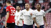 Gelandang Manchester City, Raheem Sterling (kanan), melakukan selebrasi usai mencetak gol timnya ke gawang Southampton dalam laga lanjutan Liga Inggris pekan ke-14 di St. Mary's Stadium, Southampton, Sabtu (19/12/2020). Manchester City menang 1-0 atas Southampton. (AFP/Adrian Dennis/Pool)
