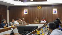 Gubernur Jawa Barat Ridwan Kamil bersama Bupati Garut Rudy Gunawan, menggelar pertemuan dengan Direktorat Jenderal Cipta Karya Kementerian PUPR. (Liputan6.com/Jayadi Supriadin)