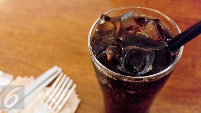 Air soda juga memiliki banyak manfaat lain yang tidak terduga, di samping kesegaran dan fungsinya sebagai penghapus dahaga.