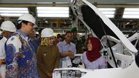 Menteri Perindustrian RI Airlangga Hartarto mengapresiasi pekerja wanita di pabrik Sokon.(Sokon)
