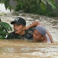 Inilah anggota koramil yang terjun selamatkan warga yang tersesat arus sungai welang. Fotonya langsung viral. (Foto: Instagram)