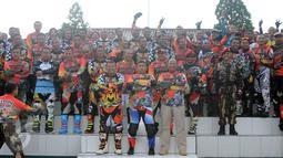 Danjen Kopassus, Mayjen TNI Madsuni (tengah-bawah) berfoto bersama kroser jelang membuka Komando Trail Adventure (Kotra) 2 di Yon 14 Grup 1 Kopassus, Bogor, Jabar, Sabtu (8/4). Ini bagian perayaan HUT Kopassus ke-65. (Liputan6.com/Helmi Fithriansyah)