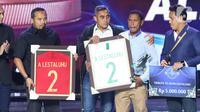 Orang tua Alfin Lestaluhu (kedua kanan) menerima penghargaan Tribute To Alfin Lestaluhu saat Indonesian Soccer Award 2019 di Studio 6 Indosiar, Jakarta, Jumat (10/1/2020). 16 penghargaan diberikan pada acara ini. (Liputan6.com/Helmi Fithriansyah)