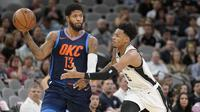 Forward Oklahoma City Thunder Paul George (kiri) dijaga penggawa San Antonio Spurs Dejounte Murray pada laga NBA 2017-2018 di AT&T Center, Kamis (29/3/2018) atau Jumat (30/3/2018) WIB. (AP Photo/Darren Abate)