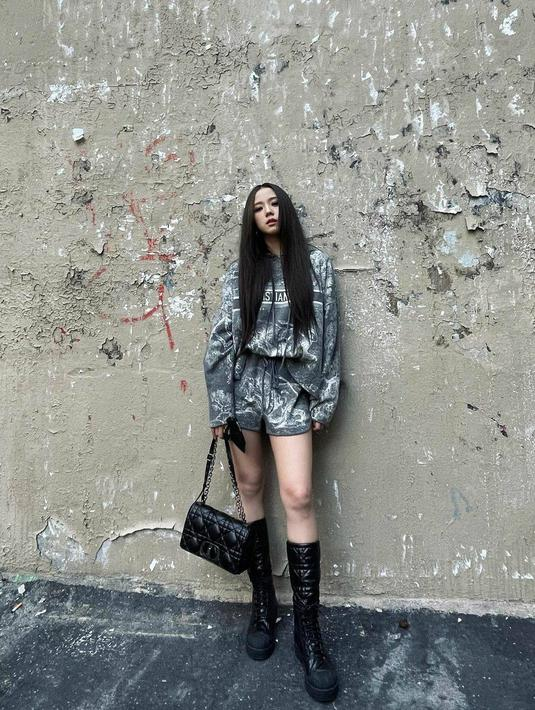 Jisoo mengenakan fashion Dior set yang terdiri dari Dior chez moi hoodie dan Dior chez moi shorts (instagram/sooyaaa_)