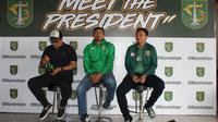 Manajer Persebaya, Chairul Basalamah (kiri), Bejo Sugiantoro (tengah), dan Presiden Persebaya, Asrul Ananda dalam acara Meet The President (Dimas Angga P)