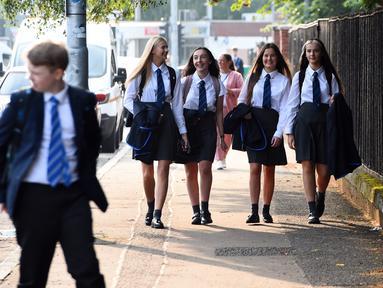 Pelajar Holyrood Secondary School saat kembali bersekolah di Glasgow, Skotlandia (12/8/2020). Para pelajar tersebut untuk pertama kalinya sejak Maret lalu mulai kembali beraktivitas belajar di sekolah di tengah pelonggaran lockdown akibat pandemi Covid-19. (AFP/ANDY BUCHANAN)