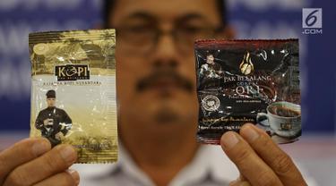 Petugas memperlihatkan bungkus kopi merek Pak Belalang yang sudah kedaluwarsa saat konferensi pers di kantor BPOM, Jakarta, Senin (20/5/2019). BPOM menyita lebih dari 190.000 bungkus kopi dengan memuat gambar Ahmad Dhani sebagai modelnya dalam empat truk. (Liputan6.com/Immanuel Antonius)