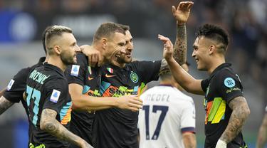 Inter Milan berhasil menang besar 6-1 atas Bologna dalam laga pekan ke-4 Liga Italia 2021/2022 di San Siro Stadium, Milan, Sabtu (18/9/2021). Dengan mengoleksi 10 poin, Nerazzurri sementara memimpin klasemen dibuntuti, AS Roma, AC Milan dan Napoli. (AP/Luca Bruno)