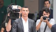 Cristiano Ronaldo berjalan untuk menyapa suporter saat tiba di pusat layanan kesehatan Juventus (J-Medical), Turin, Italia, (16/7). Juventus resmi mendatangkan Ronaldo dari Real Madrid seharga 100 juta euro. (AFP Photo/Miguel Medina)