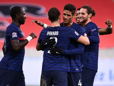 Pemain Prancis merayakan gol yang dicetak Benjamin Pavard ke gawang Swedia pada laga lanjutan Grup 3 UEFA Nations League di Stade de France, Rabu (18/11/2020) dini hari WIB. Prancis menang 4-2 atas Swedia. (AFP/Franck Fife)