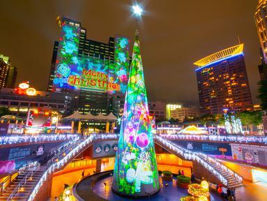 Pertunjukan cahaya menyambut Natal di Christmasland, New Taipei City, Taiwan, Senin (19/11). Festival musim dingin ini dimulai pada 16 November 2018. (TVBS via AP Images)