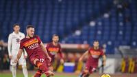 Jordan Veretout dari Roma mencetak gol selama pertandingan sepak bola Liga Italia antara Roma dan Torino di stadion Olimpiade Roma Kamis, 17 Desember 2020. (Fabio Rossi / LaPresse via AP)