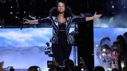 Penyanyi Alicia Keys saat menghibur penonton dalam acara WE Day California di Inglewood, California, AS (27/4). Alicia Keys tampil cantik meski tanpa mengenakan make up. (AP Photo/Chris Pizzello)