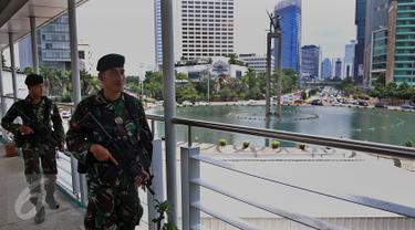 Aparat keamanan berjaga di jembatan penyeberangan orang (JPO) kawasan Bundaran HI, Jakarta, (5/3). Pengamanan dan Sterilisasi dilakukan jelang Konferensi Tingkat Tinggi Luar biasa Organisasi Kelompok Islam (KTT Luar Biasa OKI). (Liputan6.com/JohanTallo)