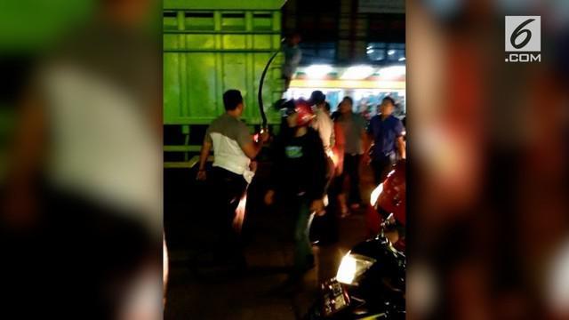 Aksi tawuran terjadi di Tangerang, Banten. Dalam aksi tersebut sejumlah siswa ditangkap, puluhan senjata tajam disita polisi.