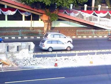 Beton pembatas tol di Jalan Gatot Subroto, Senayan, Jakarta atau tepatnya di depan Komplek Parlemen MPR/DPR/DPD RI ambrol pada, Senin (22/8). (Pengirim: Akhid Roviyanto)
