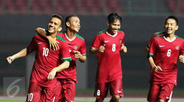 Pemain Timnas Indonesia U-19, Egy Maulana (kiri) merayakan golnya ke gawang Patriot Candrabhaga FC saat laga latih tanding di Stadion Patriot, Bekasi, Kamis (27/4). Timnas Indonesia U-19 unggul 2-0. (Liputan6.com/Helmi Fithriansyah)