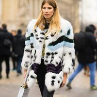 Padu-padan fur outerwear yang comfy dan stylish. (Sumber foto: www.hauteacorn.com)