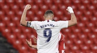 Penyerang Real Madrid, Karim Benzema merayakan gol pertama timnya ke gawang Athletic Bilbao pada pekan ke-37 La Liga di San Mames, Minggu (15/5/2021). Real Madrid berhasil menang di laga sulit yang berlangsung di markas Bilbao dengan skor tipis 1-0. (AP Photo/Alvaro Barrientos)