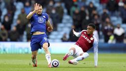 Pemain Chelsea, Mateo Kovacic, berusaha melewati pemain Aston Villa, Ezri Konsa, pada laga Liga Inggris di Stadion Villa Park, Minggu (23/5/2021). Chelsea tumbang dengan skor 2-1. (Richard Heathcote/Pool via AP)