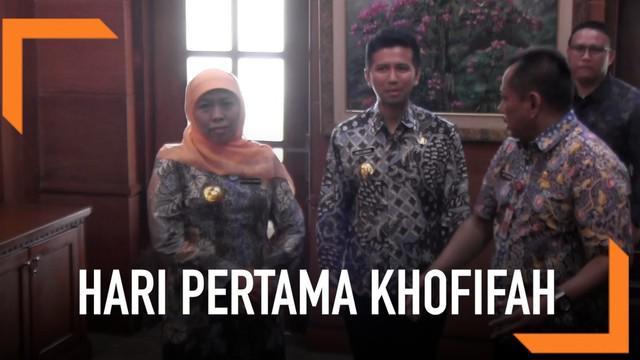 Hari Jumat (15/2), Khofifah mulai bekerja sebagai Gubernur Jawa Timur, memakai sepatu kets ia tinjau ruang kerjanya bersama Emil Dardak.