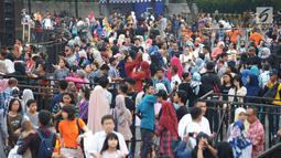 Warga berjalan kaki menuju panggung Jakarta Night Festival di Bundaran HI, Jakarta, Sabtu (22/6/2019). HUT ke-492 Jakarta tahun ini mengambil tema 'Wajah Baru Jakarta'. (merdeka.com/Imam Buhori)